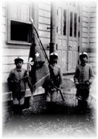 小学校児童の制服(6つボタン)